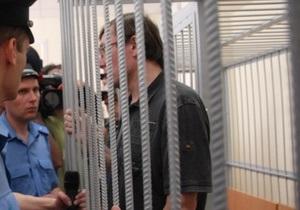 За стеклом: Янукович просит Раду заменить металлические клетки в судах на стеклянные