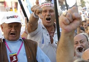 Митингующие под Печерским райсудом подрались и забросали друг друга макаронами
