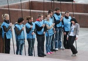 Альтернативная акция: возле АП собралось 400 человек, благодарных Януковичу за Евро-2012