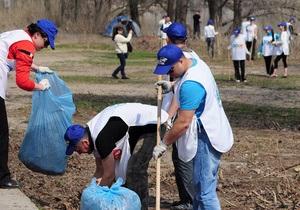 новости Киева - В столице проходит общегородская толока: киевляне вышли на уборку улиц и парков