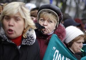 Милиция пытается оттеснить пикетчиков с проезжей части в центре Киева