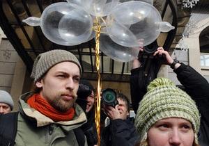 Активисты КУПР пикетировали здание киевской милиции с надутыми презервативами в руках