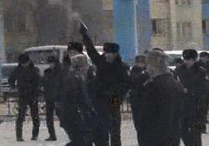 В Казахстане полиция открыла огонь по протестующим, которые подожгли поезд. Один человек убит