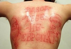 Осужденный украинский блогер татуировочной машинкой выбил на спине фразу, услышанную на допросе