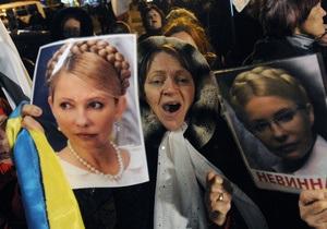 Тимошенко - ЕЭСУ - В Харькове на заседание по делу ЕЭСУ оппозиционеры принесли флаг с портретом Тимошенко