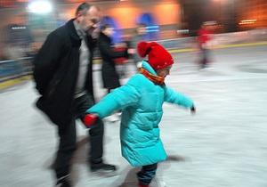 В Киеве на Подоле  открылся ледовый каток