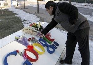 Хакерская атака на Google: китайцы несут цветы к штаб-квартире компании в Пекине