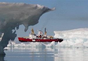 Ледокол взял на буксир судно в Охотском море