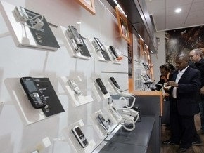 Продажи мобильных телефонов в Украине упали почти в два раза