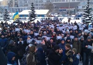 В Киеве под Апелляционным судом митингуют несколько сотен человек в поддержку семьи Павличенко