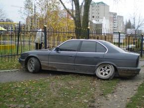 В Луцке пьяный сержант ГАИ врезался в забор и задремал за рулем