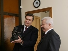 Янукович подарил Морозу бронзовую статуэтку