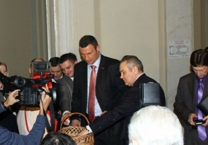 В Раду пришли колядники. Депутаты от УДАРа бросали им по 500 грн