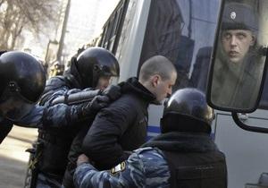 Оппозиция устроила акцию протеста возле Госдумы, где с отчетом выступит Путин