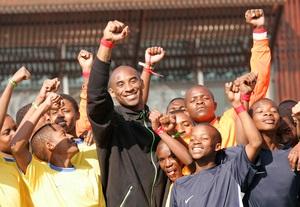 Коби Браянт посетил Международный Футбольный Тренировочный Центр в Соуэто, Южная Африка