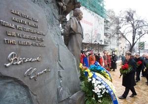 Ющенко возложил цветы к памятнику Чорновилу