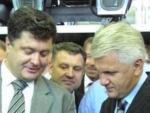 Литвин покатался с Порошенко на комбайнах и подоил корову