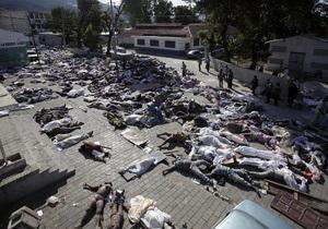 На Гаити тела погибших убирают бульдозерами