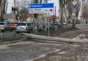 Ненастье в Украине: на 82-летнюю женщину упал билборд, а на мужчину упала крыша