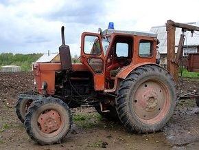 Трое россиян угнали трактор, поехали за водкой и врезались в фонарь