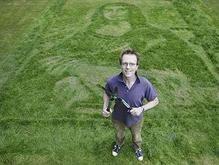 В Лондоне на траве выстригли Мону Лизу