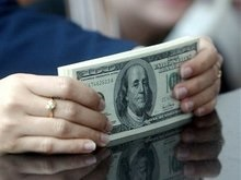 Доллар упал к евро до нового рекорда