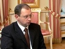 Яценюк приобщает местные власти к изменению Конституции