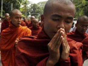 Жители Мьянмы отдали 800 килограммов волос на ремонт дороги к ученику Будды