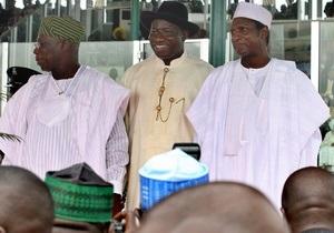 Действующий президент Нигерии без объяснений распустил правительство