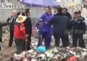 В Китае во время спора местный житель убил полицейского мотыгой