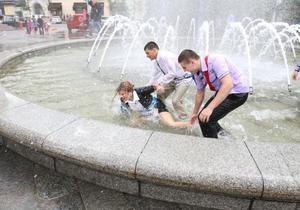 Последний звонок в Киеве: на Майдане отключили фонтаны из-за загрязнения моющим средством