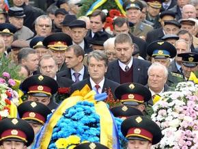 Ющенко возложил цветы к могиле Неизвестного солдата в Киеве