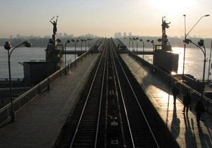 Перебежали по рельсам. На станции метро Днепр едва не погибли двое человек