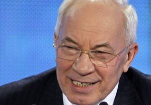 Азаров раскритиковал ход ремонта дорог в Украине