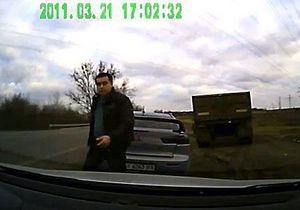 В Харькове уволен гаишник, угрожавший водителю битой