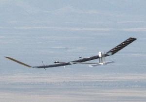 Беспилотный самолет на солнечных батареях уже неделю находится в воздухе