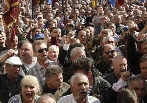 Прорвавшиеся под здание парламента требуют встречи с Литвином