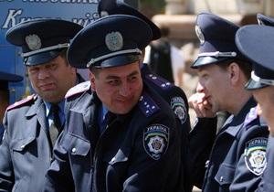 Милиционерам запретили щелкать семечки, плеваться и  стрелять  сигареты во время Евро-2012