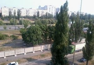 В Днепровском районе Киева на месте сквера началось строительство супермаркета, местные жители протестуют
