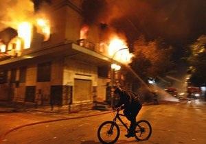 Греки подсчитывают убытки от беспорядков: в Афинах горят магазины и кафе