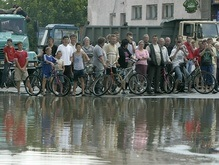 Наводнение в Украине: Восток помогает Западу