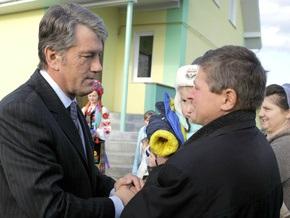 Ющенко вручил многодетной семье ключи от нового дома