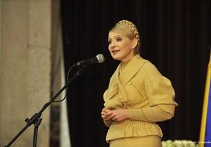 Тимошенко в Кировоградской области раздала квартиры и получила в подарок вышитое полотенце