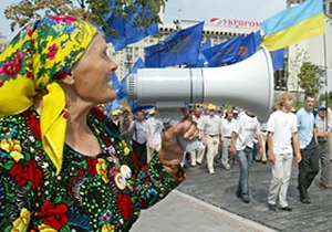 Баба Параска пикетирует Администрацию Януковича