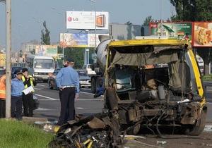 В Киеве маршрутка столкнулась с грузовиком: один человек погиб