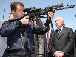 Медведева накормили в армейской столовой и показали, с чем российские солдаты воевали в Грузии