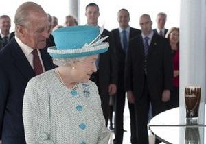 Фотогалерея: Пейте пиво пенное. Королева Елизавета II посетила пивоварню Guinness