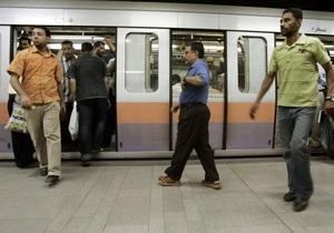 В Каире машинист метро открыл двери на ходу: десятки пострадавших