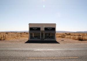 Арт-бутик Prada в техасской пустыне признали незаконным