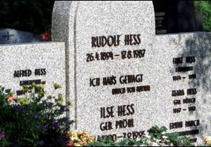 Щоб зупинити неонацистів, знищили могилу заступника Гітлера